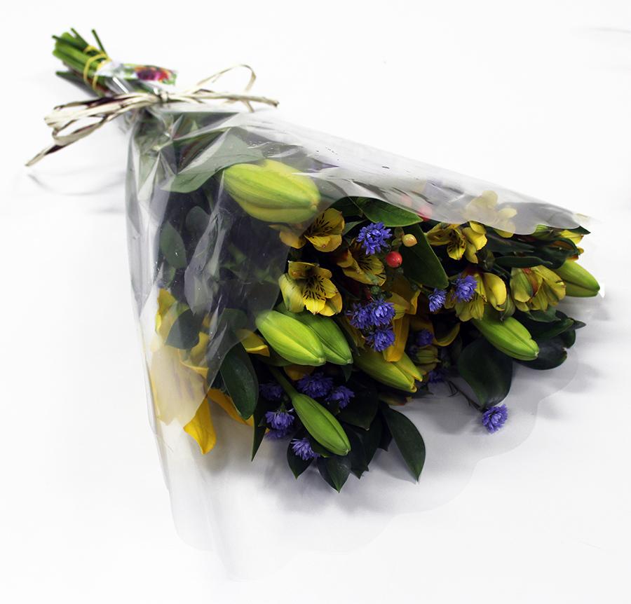 Buquê Amorize Encanto - Buquê composto por 5 hastes de alstroemerias, 3 botões de rosas, 4 hastes de ruscus e 3 hastes de áster