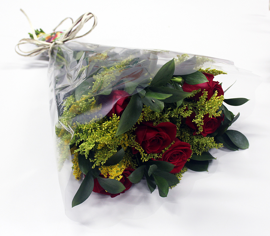 Buquê Amorize Tradição - Buquê composto por 6 Hastes de Rosas Colombianas, 6 Hastes de Solidago e 10 Hastes de Ruscus.