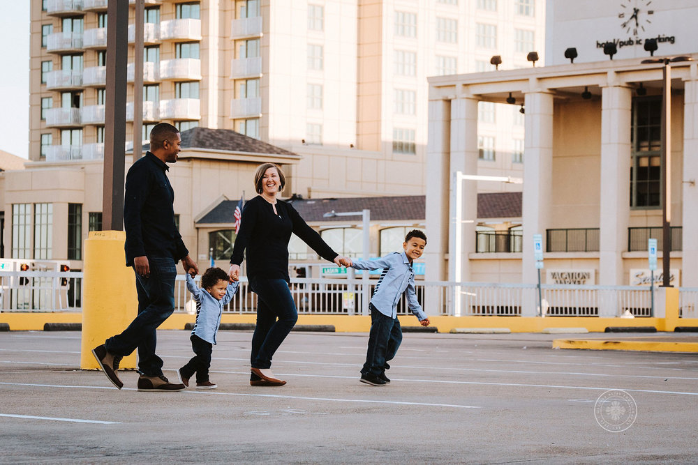 family-walking-in-urban-virginia-beach-family-photo-session-melissa-bliss-photography