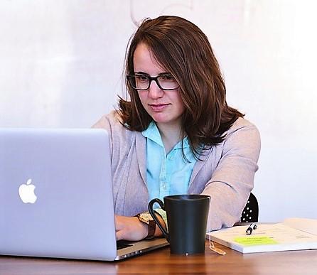Kvinne som arbeider på en Mac