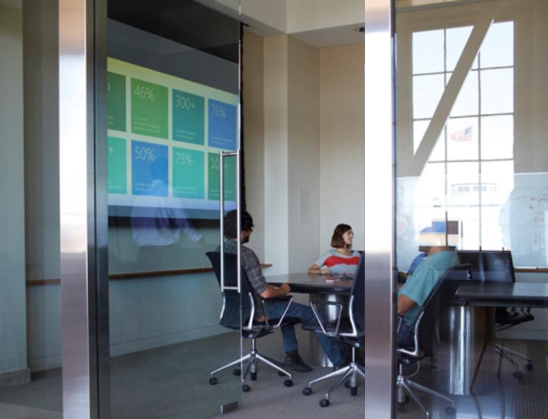 Bildet viser møterom med presentasjon av PowerPoint