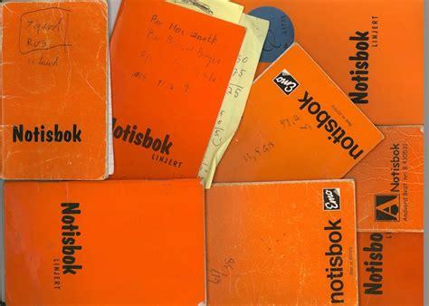 Bildet viser en samling av notisbøker