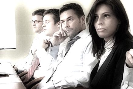 Bildet viser møte der deltakerne kjeder seg
