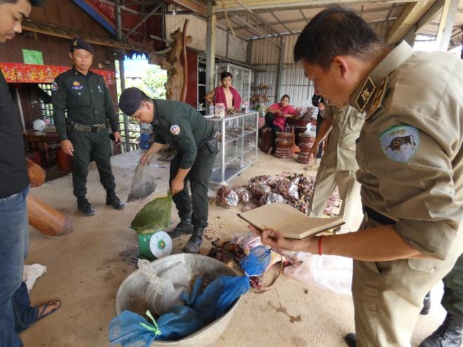 2018.12.01-WRRT-confiscate-wildlife-meat-and-turtles-Kampong-Speu-03.jpg