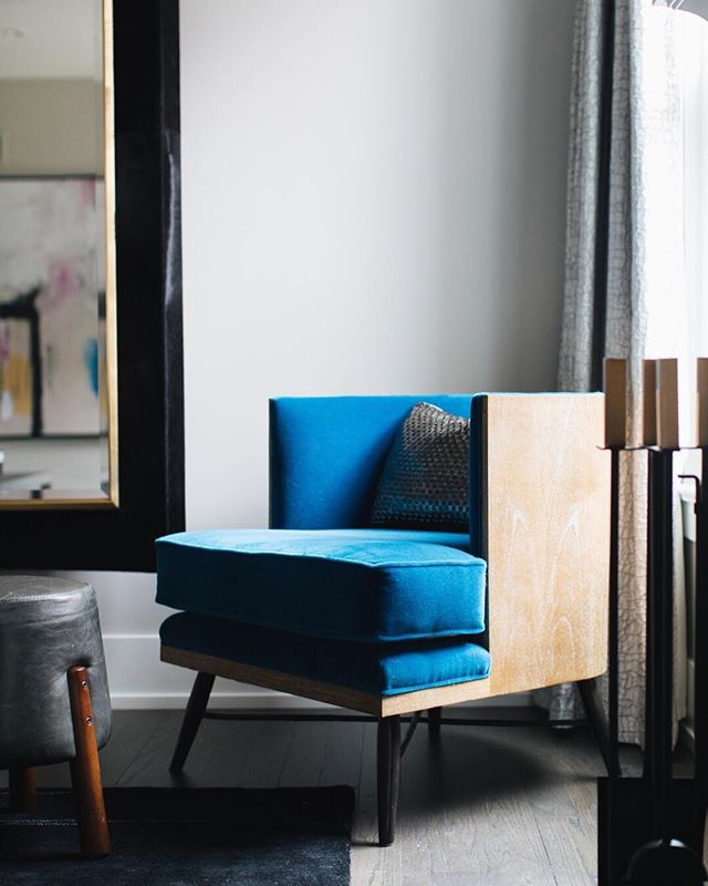 Love an understated yet bold piece of furniture #bluefabric #boldandblue #loungechair | Photo by @stofferphotographyinteriors