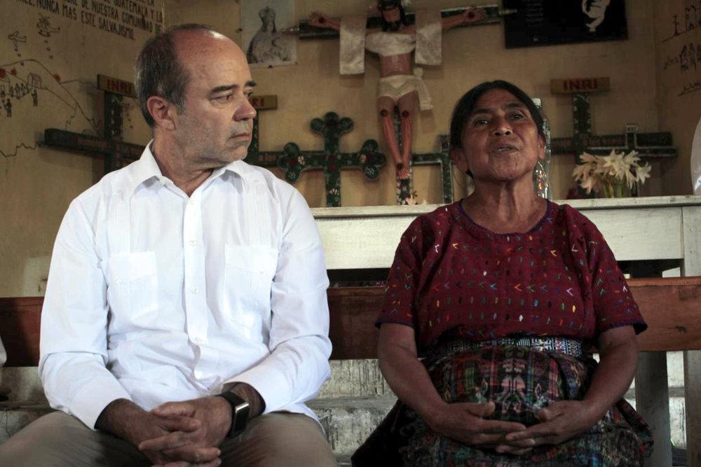 Juez Roberto F. Caldas, presidente de la Corte IDH conversa con una de las sobrevivientes de las masacres en Rabinal.