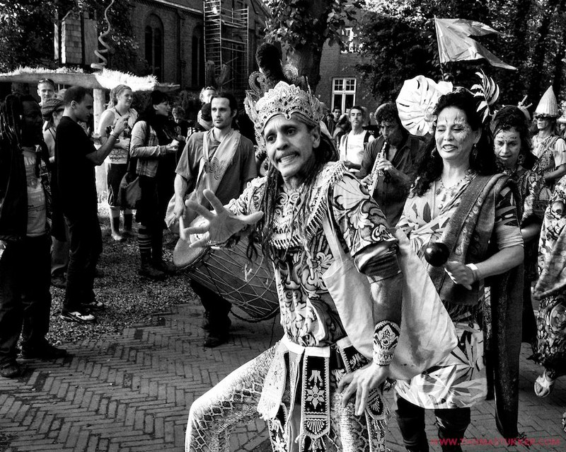 Fantuzzi in Bali costume at Landjuweel parade 2011.jpg