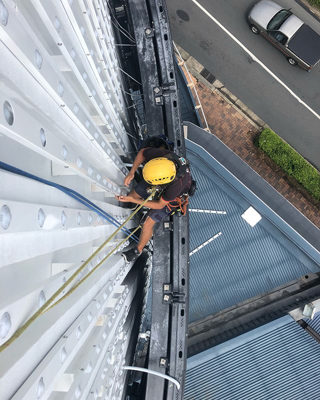 After over a year of design consult & planning, we are so happy to finally see this installation come together.  Get down and check out the new ArcPixel LED screen at Twin Towns 📺👀 #ropeaccess #ropeaccesstechnician #abseiling #goldcoast #tweedheads #twintowns #electrical #led