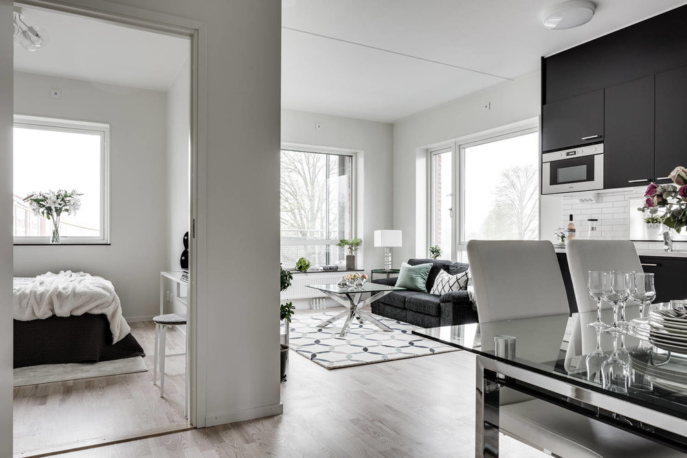 Open plan in a Göteborg flat -  living room, dining area and kitchen sharing the space. Photo credit  Reveny.se