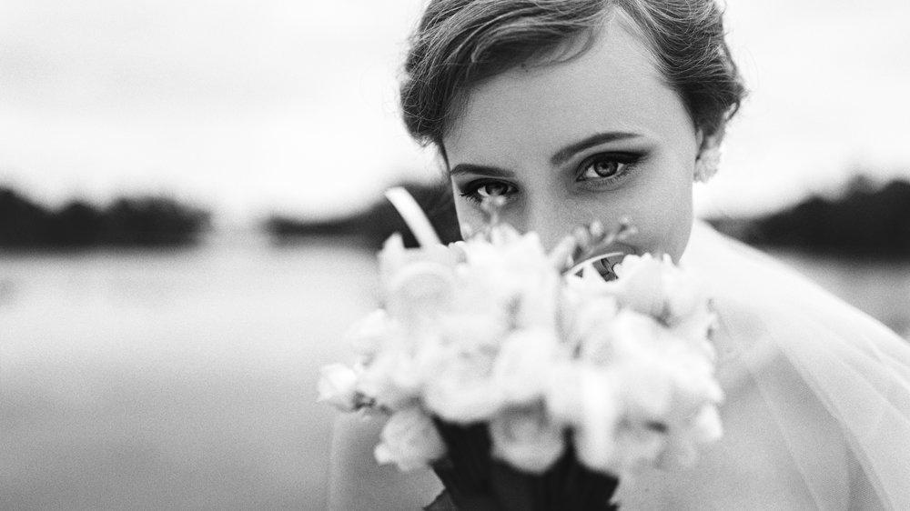 Портрет невесты с букетом цветов