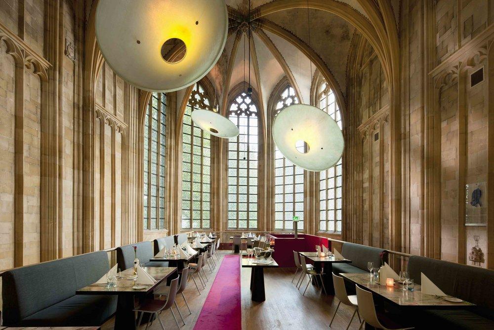 Otelin restoranında Ingo Mauer tarafından tasarlanan aydınlatma ürünleri tercih edilmiş.