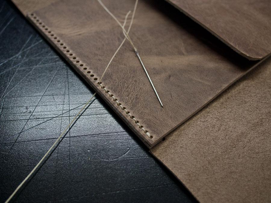 Leather Lunch Tote - Sponge Design   Deri ve titiz bir dikiş ıle tasarlanan ''Leather Lunch Tote'' amacına yonelık sekıllenıyor ve yemegı serin tutuyor.