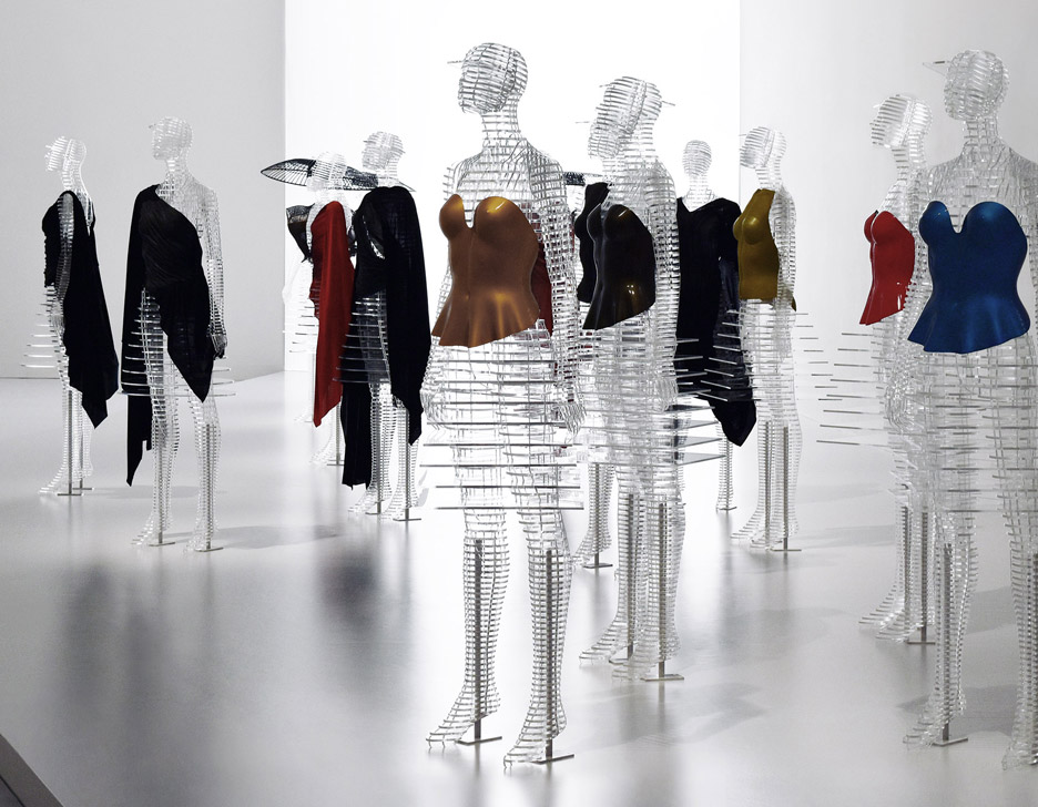 tokujin-yoshioka-issey-miyake-exhibition-tokyp-japan_ransparent-body-installation2.jpg