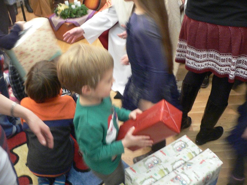 Ezt követően a gyermekek adtak ajándékot a MIkulásnak, hogy azokat majd rászorulók között ossza szét. Meg is fogadta Miklós püspök , hogy így tesz....