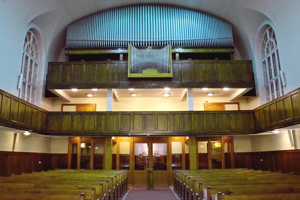 2017 január 8-án koncert keretében úcvsúztunk el orgonánktól, s január 9-én pedig elkezdődött a bontása. A hangszer új otthona - reményeink szerint az angyalföldi evangélikus templom lesz. ma reggel már ez a látvány fogadott minket a templomban: