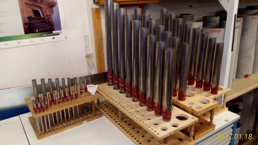 A Budavári Evangélikus Templomban január 9-én kezdték lebontani a korábbi orgonát. Jelenleg a karzat átalakítása folyik. A karzat-bontási munkálatok után következik a karzat kialakítás és belső festés, és amikor atemplom tiszta, és rendes, - kb. március vége felé - akkor költözik az új orgona a vári karzatra. Közben a a Pécsi Orgoneépítő Manufaktórában készül az új orgona. Tőlük kaptunk néhány fotót, a képen új orgonánk készülő fémsípjai láthatók! Köszönjük a felújításra szánt eddigi adományokat!