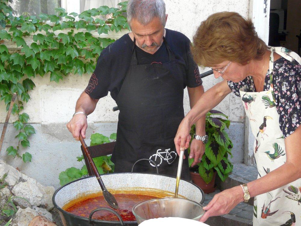Az ebédre jelentkezett 130 résztvevőt Illisz László presbiterünk és felesége föztjével, tihanyi gulyással lakattuk jól. Természetesen több asszonytestvérünk segített nekik a főzésben!