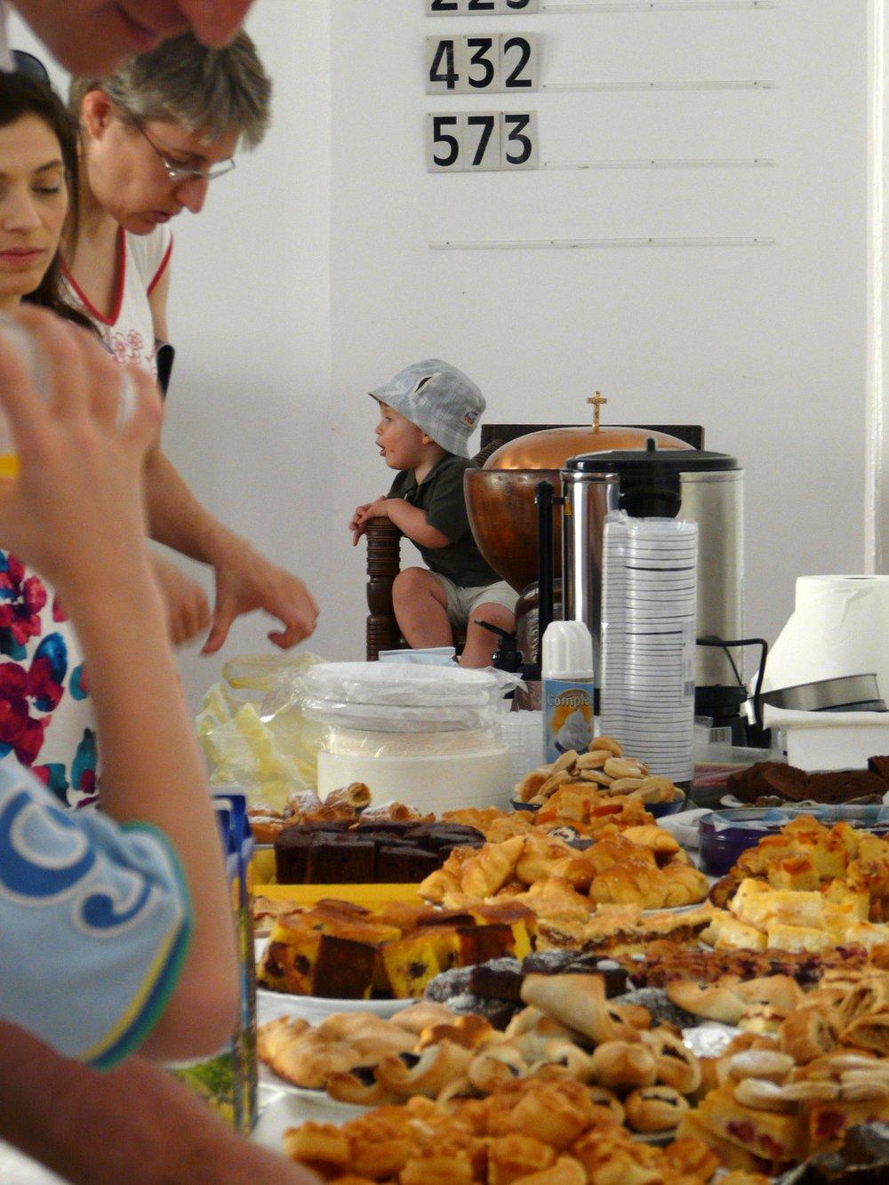 A kávéházi jótékonysági süteményvásáron asszonyok fantasztikus alkotásait kóstolhattuk végig.