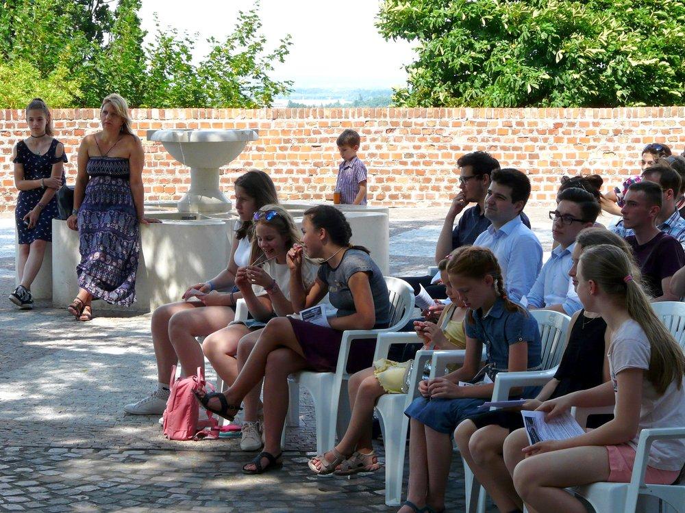 A reformációi emlékkút mellett felállított színpadnál a hitoktatók közszöntése után a Manócskatársulat mesejátékát nézhették meg a gyerekek, maj következett a Gospel-délután.