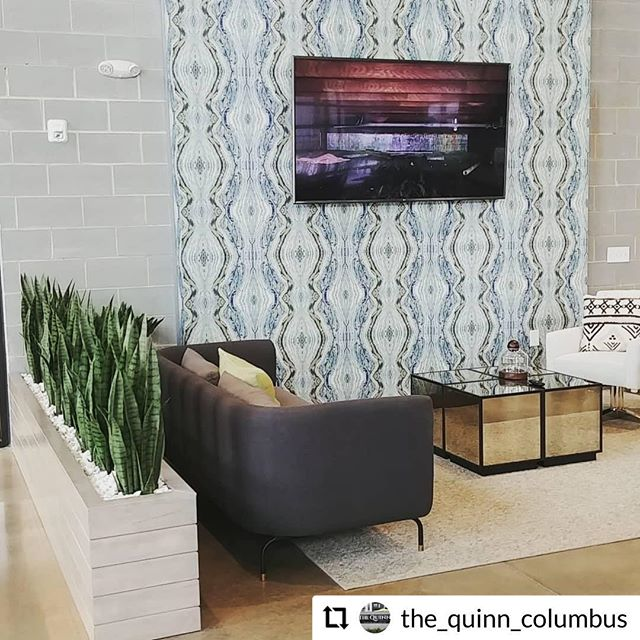 The Quinn is all about forming a sense of community. This gorgeous lounge is just one of many spots that bring residents together. Not to mention the pool and grills that are sure to be poppin' this summer! • 📸: @the_quinn_columbus