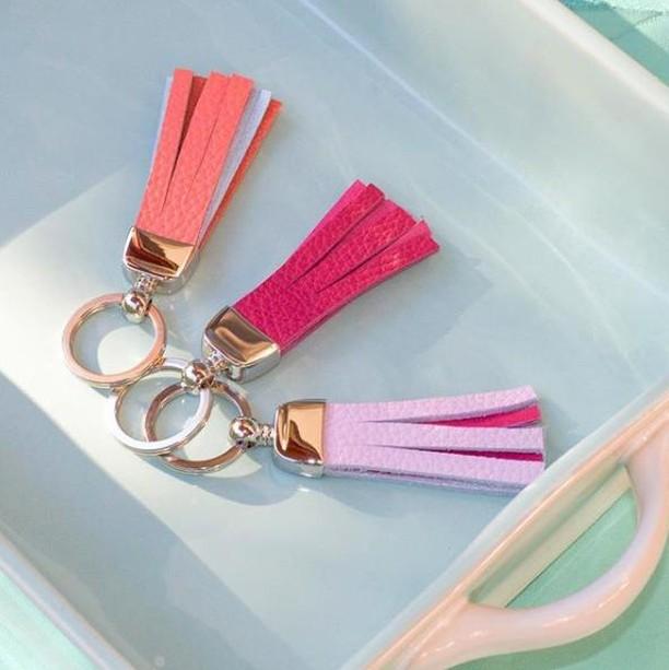@lesmainsdici produisent des porte-clés 100% cuir, 100% faits à la main et 100% québecois! 🔑 Laissez-vous tenter par leurs porte-clés au Marché d'Antoine! 🎄