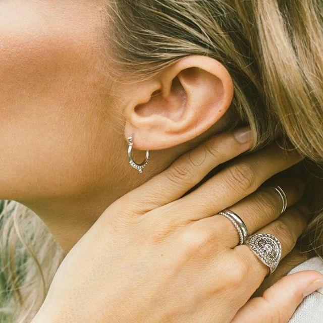 @twentycompass crée des bijoux bohos et minimalistes faits à la main, inspirés par les voyages autour du monde. ✈️ Voyagez en découvrant leurs produits au Marché d'Antoine! 🎄