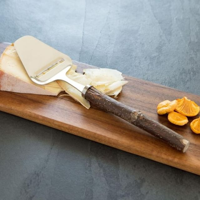 Mouton Noir- Ébénisterie Marginale offre des accessoires en bois pratiques et décoratifs écoresponsables pour l'intérieur et la cuisine.🌳 Découvrez ces objets au Marché d'Antoine! 🎄