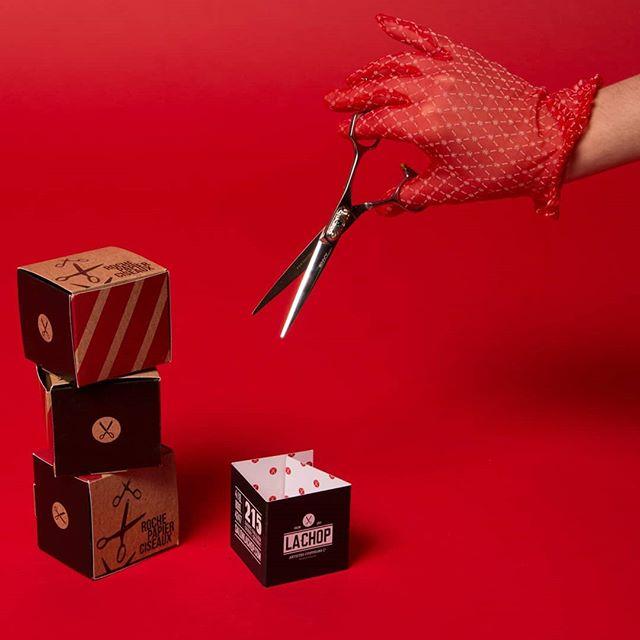 + Projet + Nous avons eu la chance de conceptualiser un calendrier de l'Avent pour le @quartiersaintsauveur 😁 Découvrez notre projet sur Behance!  #christmascountdown #gifs #photoshoot #scissors #chop #red #monochromatic