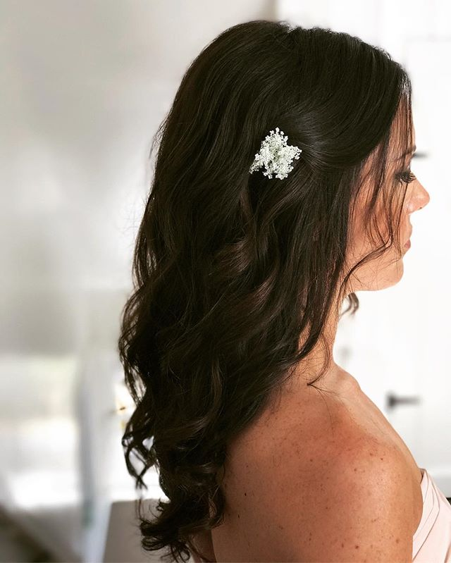 Light and airy simple hair style #bridesmaid 💕 Sometimes less is more, happy Monday loves