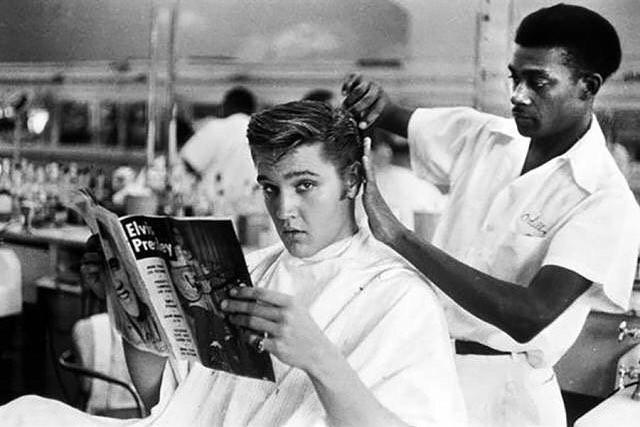 Even The King kept it simple and classic. That #Frontiersman look never goes out of style.  #FrontierBarber 💈// Kral bile zamanında tarzını basit ve klasik tutuyordu. Bu Frontiersman stilinin modası asla geçmez. #Elvis ⭐️