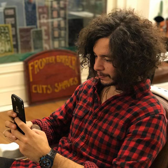 When you know you look so rock n roll you gotta take that selfie for the gram 🤳🏼 #frontierbarber #livesharp @guntacthis #russellbrand