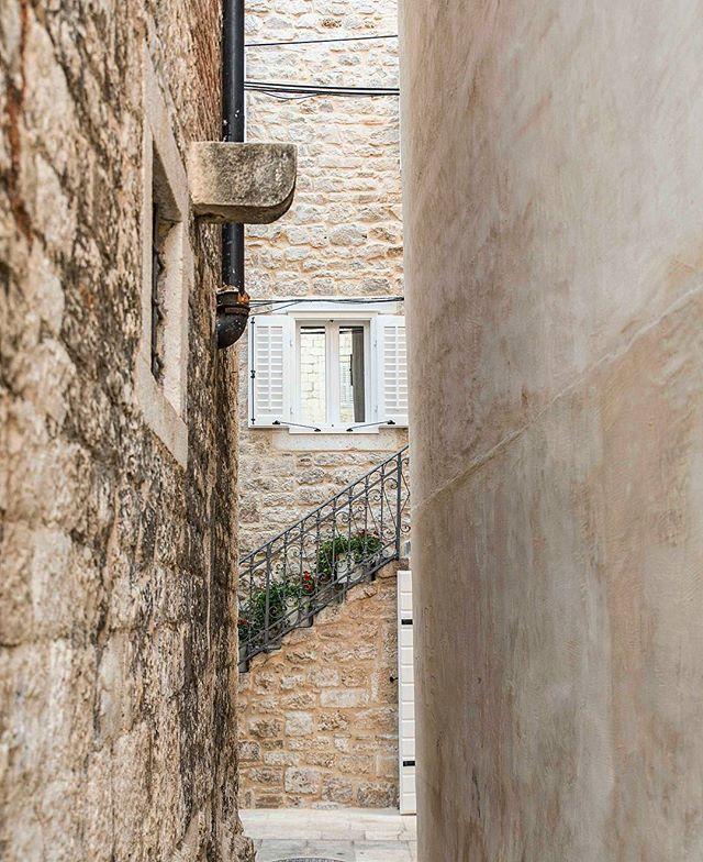 Alleyways #split #croatia . . . . . .  #mytinyatlas #beautifulmatters #neverstopexploring #dubrovnikonmymind #istria #adriatic #wonderful_places #tv_pointofview #awesomepix #places_wow #exklusive_shot #stayandwander #folkgood #iamatraveler #thecreatorclass #adventureisouthere #letsgosomewhere #beautifuldestinations #living_europe#fradonoinsplit #fradonoincroatia