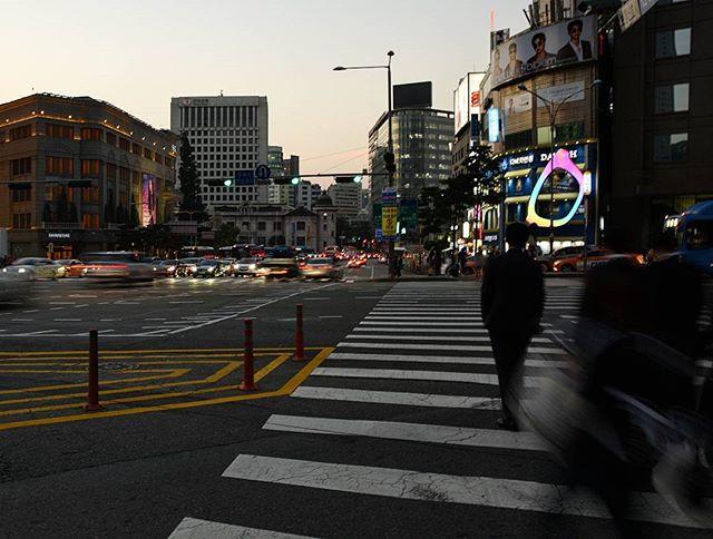 Strangers in motion  #seoul #korea . . . . #mytinyatlas #travellerslife #traveldeeper #ladolcevita #beautifulplaces #seetheworld #travelphotographer #traveladdict #travelblogger #welltraveled #fradonoinseoul #globetrotter #beautifulmatters #getoutthere #southkorea #wonderful_places #awesomepix #places_wow #streetscene #iamatraveler #adventureisouthere #letsgosomewhere #beautifuldestinations#fradonoinkorea