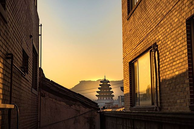 Finding beautiful shots in Seoul, South Korea #bukchonhanokvillage . . . . . #seoul #korea #instatravel #mytinyatlas #tlpicks #afar #bbctravel #traveldeeper #forbestravelguide #beautifuldestinations #fodorsonthego #travelphotographer #wearetravelgirls #dailyescape #darlingescapes #passionpassport #postcardsfromtheworld #lonelyplanet #ladolcevita #travelgram #createexplore #visualsoflife #stayandwander #pagoda #fradonoinseoul #livetotravel #travelpics #travelhunting#fradonoinkorea