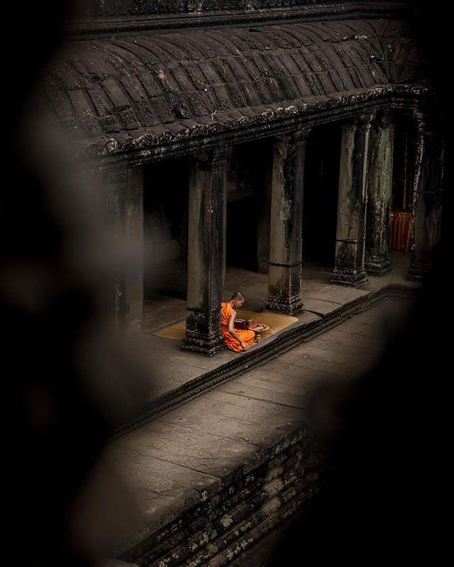 Ancient Wonders #angkorwat #siemreap #cambodia . . . . . #weekly_feature #instatravel #mytinyatlas #wondersoftheworld #monk #traveldeeper #agameoftones #beautifuldestinations #fodorsonthego  #travelphotography  #illgrammers #shotzdelight  #thecreatorclass #folkgood #postcardsfromtheworld #aov #dream_image #travelgram #createexplore #visualsoflife #stayandwander #livetotravel #travelpics #travelhunting #fradonoincambodia #fradonoinsiemreap #visitcambodia