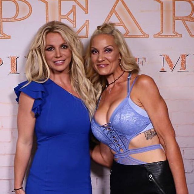 Looky who's #spraytan got to meet @britneyspears 🤩 Probably as close as I'll ever get to meeting her 🤣 📸: @jamiehylton 😘😘😘 #gainesvilleva #airbrushtan #britneyspears #glowing #tanonpoint #sunlesstanning #itsbritneybitch