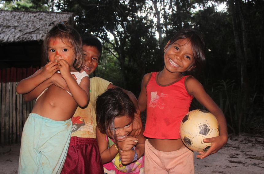 Crianças de Suruacá se divertindo.