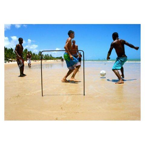 """Começamos o dia compartilhando uma foto do início de nossa trajetória. O bom e velho """"baba"""" rolando em Maraú, na Bahia em uma bonita manhã de verão. Registro de 2011.  #GingaFc #Futebol #Baba #Pelada #Bola #Golzinho #Praia #Bahia #Brasil"""