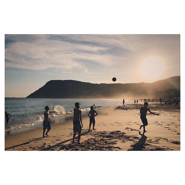 Final de tarde agora pouco direto de Itacoatiara! Bola pro alto! 📷 @ommanipadme #GingaFc #Altinha #Praia #Bola #FimDeTarde #Niteroi #Rj #Brasil