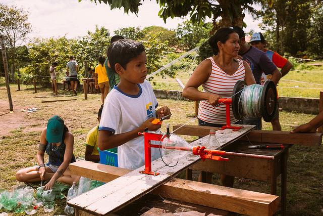 REDE DE PET - A máquina filetadora foi uma benfeitoria entregue de presente para uso coletivo da comunidade. Além de redes, com ela também é possível se desenvolver vassouras, malhadeiras e varal, por exemplo. Esta benfeitoria foi viabilizada de uma parceria com a empresa Wortex Máquinas de Reciclagem. Nosso mutirão também contou com palestra sobre reciclegam realizada pelo Sr. Eduardo 'Fabião' Silva, da empresa Amazônia Viva.
