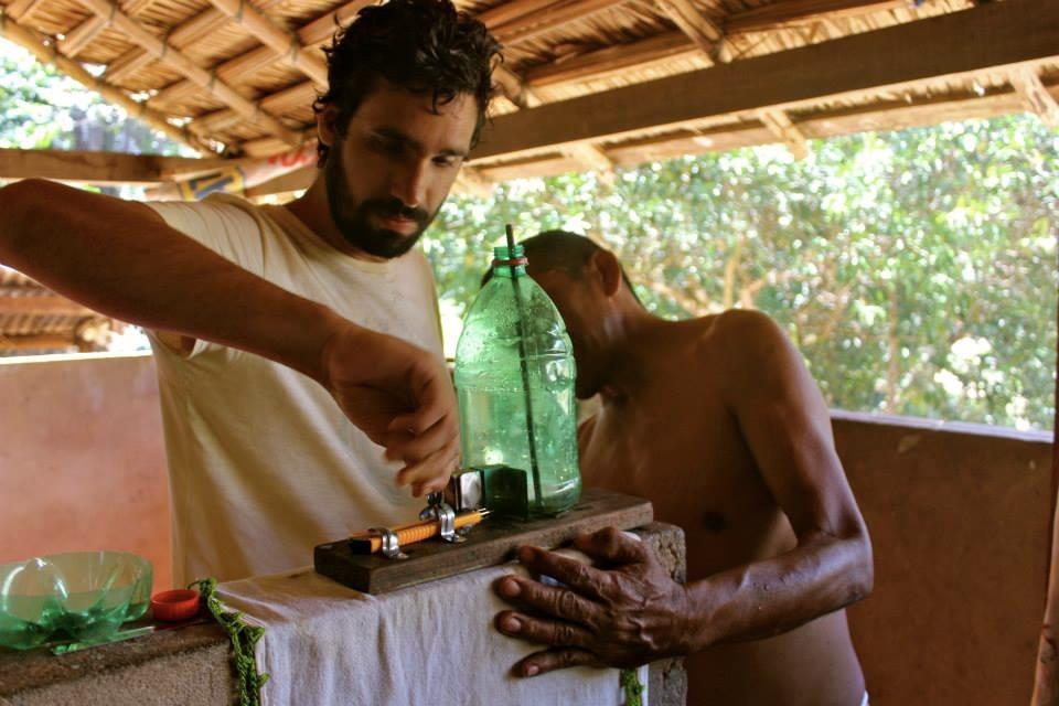 Felipe Rigolizzo, um dos fundadores da Ginga.Fc, em experiência de troca e aprendizado sobre reciclagem com um morador local da comunidade de Arimum, uma pequena vila ribeirinha as margens do Rio Arapiuns, no Pará. Viagem realizada em 2015 marcou a primeira expedição da Ginga.Fc.