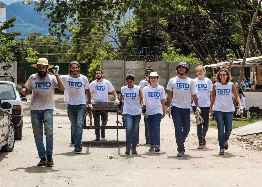 Time de voluntários do  TETO  em ação pelo Brasil. A organização tem como foco o combate a miséria e condições de moradia digna para todas as pessoas.