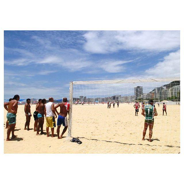 Ah o Verão! ☀️ Nada como um bom futebol na praia em um dia de sol. Desejamos uma ótima semana à todos! #GingaFc #FutebolDePraia #Bola #Futebol #RioDeJaneiro #Brasil