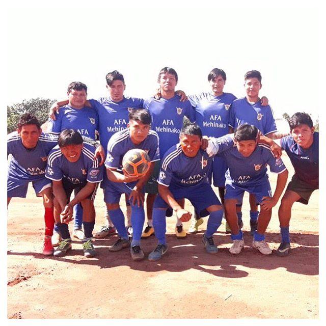 Esta no rolando no #Xingu um campeonato de futebol entre as aldeias indígenas locais. Nossos amigos #Mehinakos nos mandaram essa foto do time #Utawana. Este ano um dos focos do nosso movimento é realizar ações sócio-esportivas na região por meio do projeto #FutebolUtawana. #GingaFc