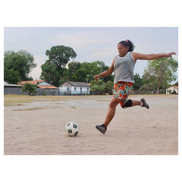 Mulheres guerreiras da Amazônia. Protetoras da família e da floresta, e amantes da bola. Registro que fizemos em Suruacá na última imersão em solo amazônico visitando comunidades ribeirinhas. Em 2019 vem novidades sobre nossas iniciativas no Tapajós. #GingaFc #FutebolNoTapajós #FutebolFeminino #Amazônia