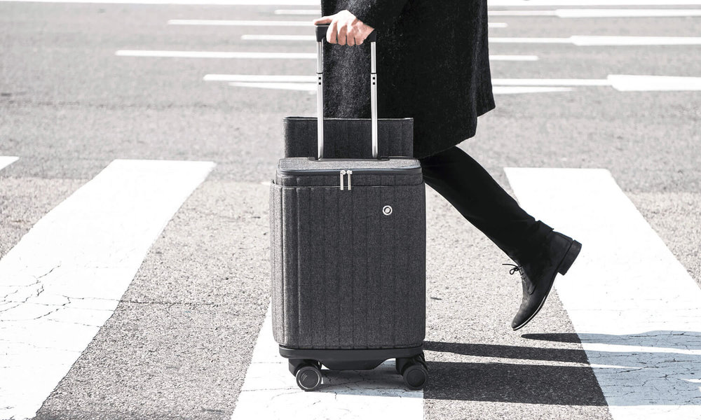 Rollogo-Escape-man-walking-with-smart-luggage.jpg