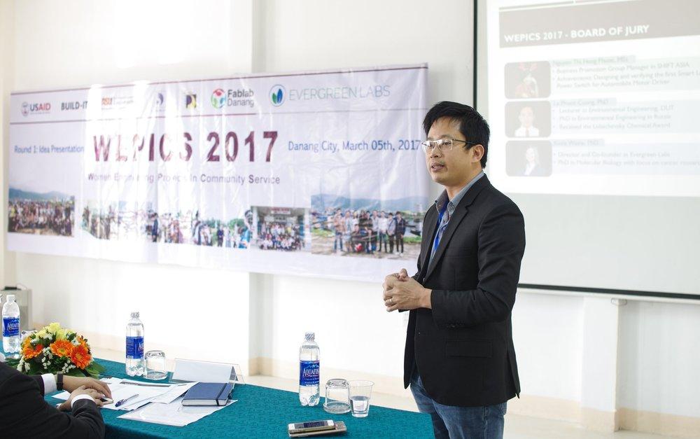 TS. Nguyễn Bá Hội, Phó trưởng Khoa Đào tạo quốc tế - ĐHĐN, Sáng lập Fablab Danang, chia sẻ cùng các thí sinh dự thi