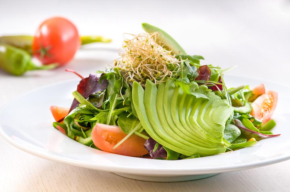 מזון - צילום סלט אבוקדו כולל ירקות ברקע