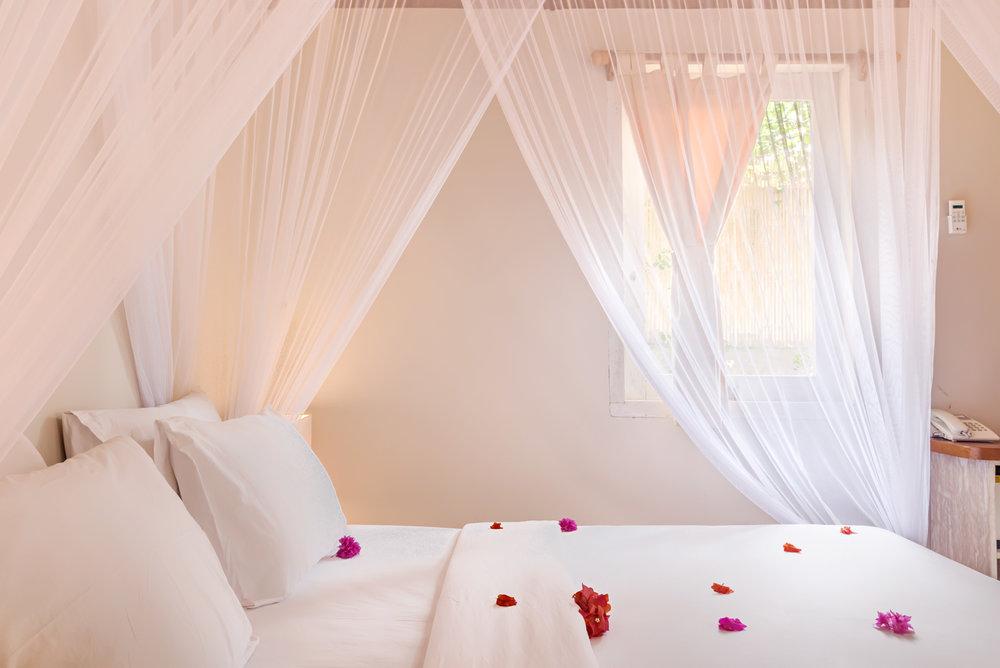 Romantic-bed-AVIA-villa.jpg