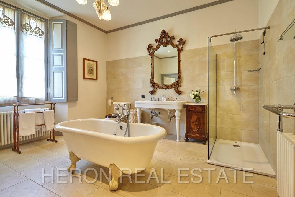 Laglio villa master bathroom